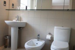 Monarch House Serviced 2 Bedroom - Modern Bathroom