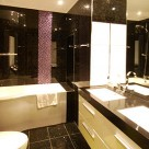 Leonard Serviced Deluxe Three Bedroom - Contemporary Bathroom